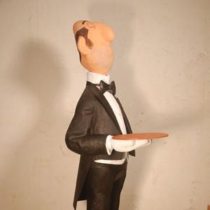figura de papel mache de mayordomo con esmoquin