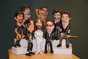 figuras de papel maché de músicos