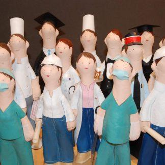 Figuras hechas de papel maché de profesiones