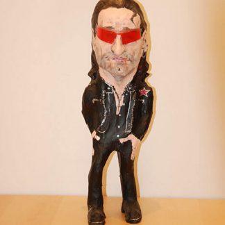 Figura de papel mache del cantante Bono con gafas
