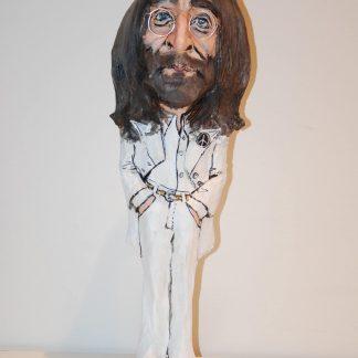 figura de papel mache de john lennon vestido con traje blanco