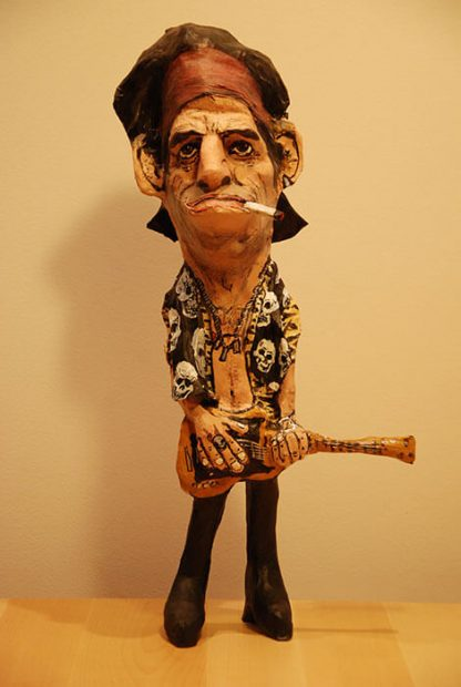 figura de papel mache de keith richards con guitarra
