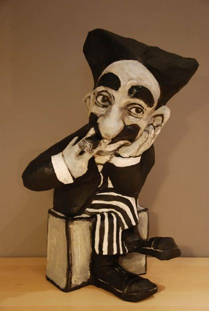 Figura de papel mache de Groucho Marx fumando un cigarrillo
