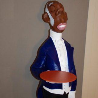 Figura de mayordomo de color con azafata